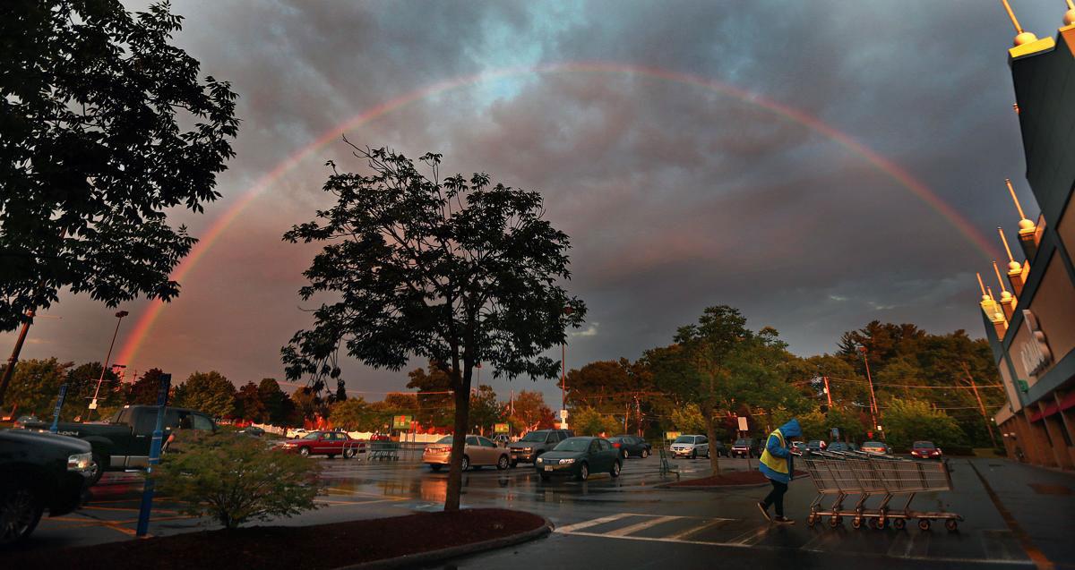 Một chiếc cầu vòng trên bầu trời ở bãi đỗ xe của trung tâm mua Shaw's Plaza, Salem, New Hampshire.