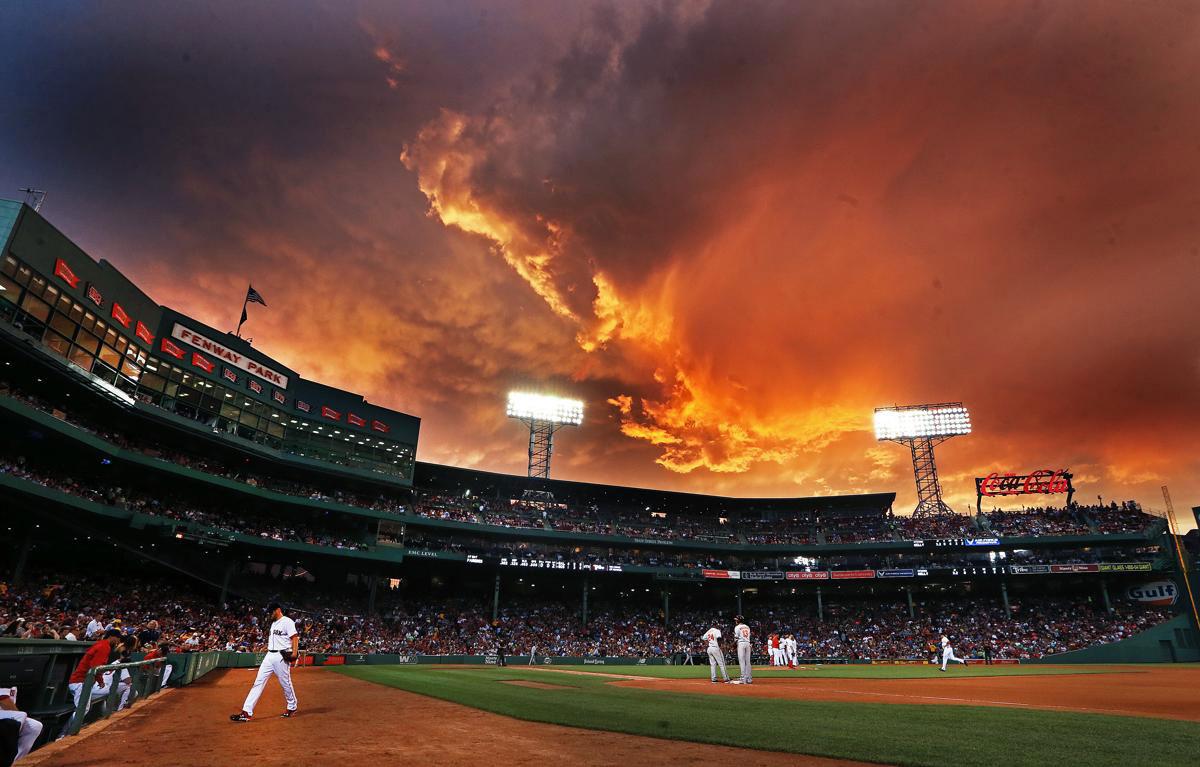 Đám mây bão hình thành trên bầu trời tạo nên một khung cảnh tuyệt đẹp ở sân bóng chày Fenway Park nơi diễn ra trận đấu giữa 2 đội Red Sox và Baltimore Orioles tại giải MLB, 23/06/2015.