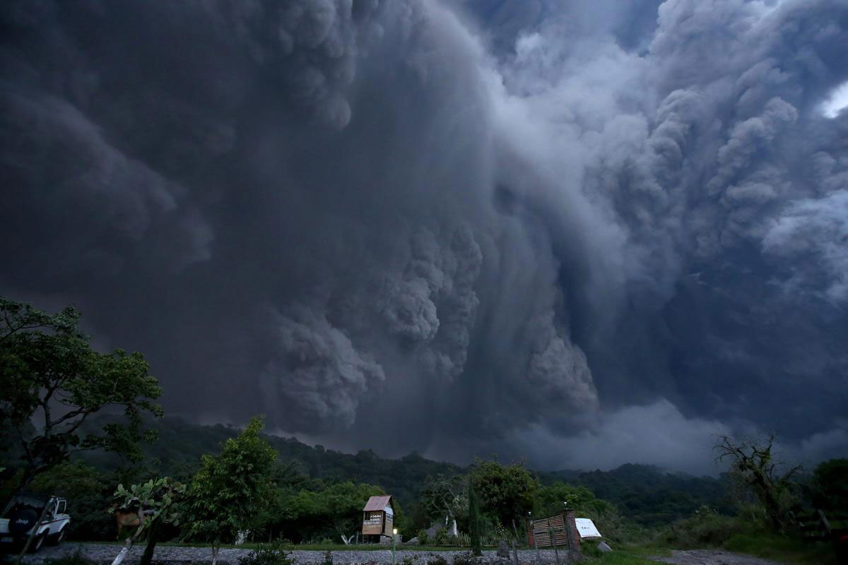 Một cột tro bụi khổng lồ sau vụ phun trào ở núi lửa Colima, Tây Mexico, 11/07/2015.