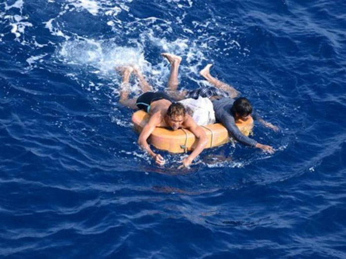 Trôi dạt trên biển