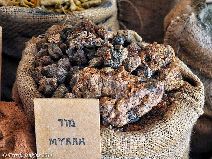 Trầm hương là nguyên liệu chính để chế biến các loại nước thơm, mỹ phẩm cho vua chúa