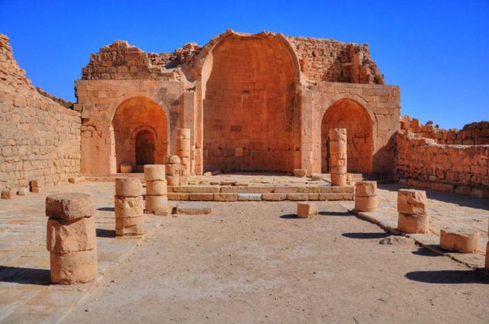 Những thành phố này đầu tiên chỉ là những trạm nghỉ chân cho các đoàn buôn trên đường xuyên sa mạc có chỗ nghỉ chân, tiếp lương thực và cho lạc đà uống nước, dưỡng sức.