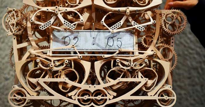 Đồng hồ cơ bằng gỗ Plock.