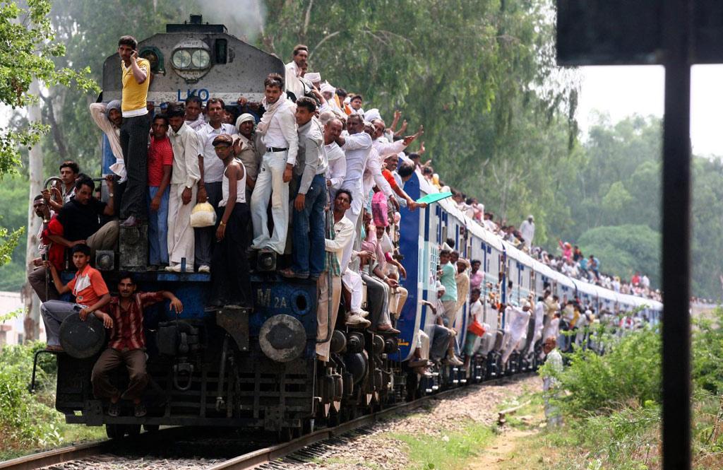 Ấn Độ có mạng lưới đường sắt lớn thứ hai trên thế giới. Điều đó đi cùng với thực tế là 23 triệu hành khách đi tàu hỏa một ngày, gây nên những cảnh tượng nguy hiểm đến khó tin trên đường ray. Tàu hỏa lâu đời nhất thế giới ở Ấn Độ xuất hiện từ năm 1855 nối giữa New Delhi và Rajasthan.