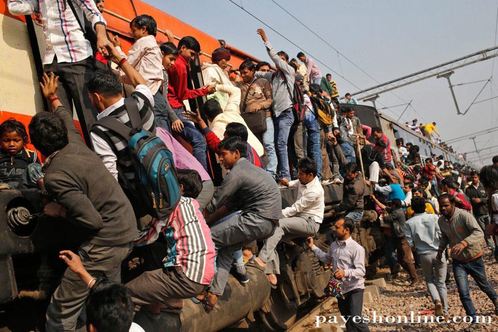 Dân số hiện tại ở Ấn Độ là 1,2 tỉ người. Có 1,4 triệu người phục vụ trong ngành đường sắt với hơn 11.000 chuyến tàu mỗi ngày vẫn không đủ để hành khách có chỗ ngồi thoải mái. Cảnh tượng người dân chật ních trong các toa tàu, bám đầy ngoài thành tàu, thậm chí trên nóc tàu trở thành hình ảnh quen thuộc tại Ấn Độ.