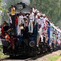 Kỷ lục bất ngờ trên những toa tàu quá tải ở Ấn Độ