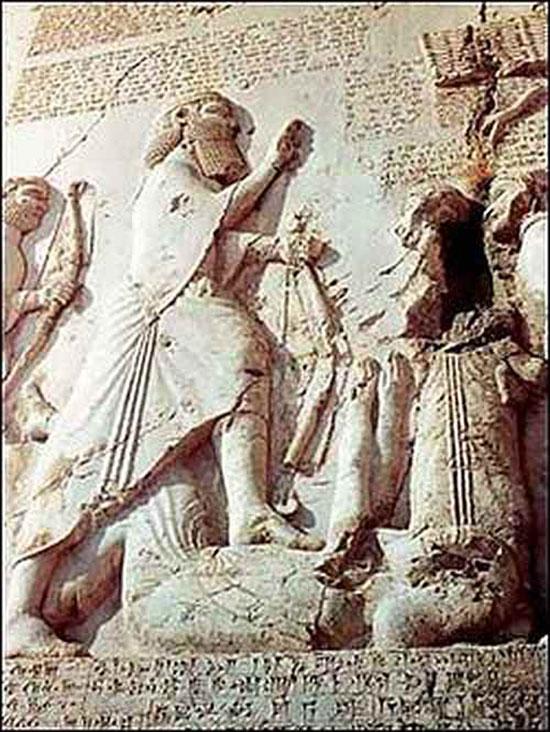 Hình ảnh vùa Darius cầm cùng thể hiện sức mạnh và quyền lực.
