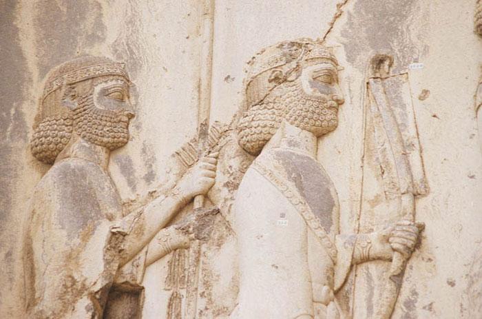 Bên dưới phù điêu có 1.200 dòng chữ khắc kể lại những chiến công, những trận đánh của vua Darius I.