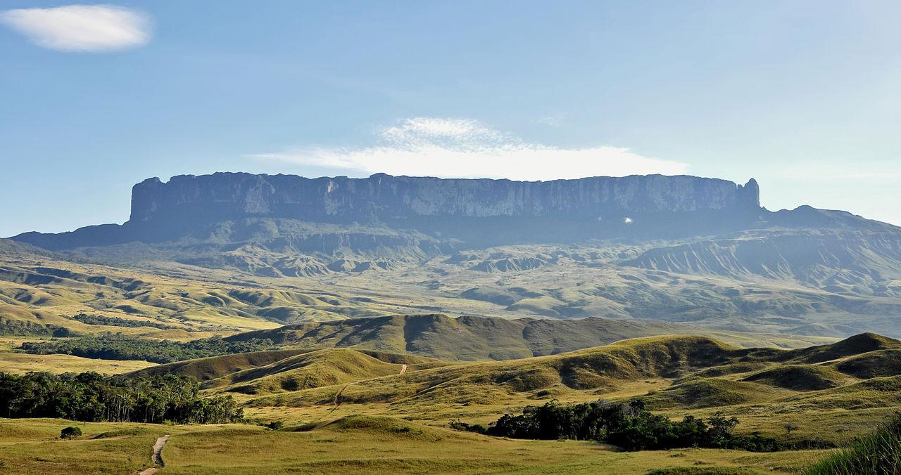 Núi Roraima là một trong những ngọn núi đỉnh bằng cao nhất và nổi tiếng nhất thế giới, được coi là đường biên giới giữa các quốc gia Brazil, Guyana và Venezuela.