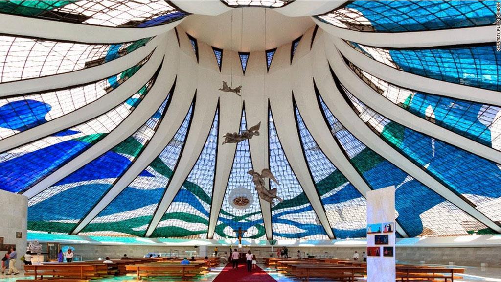 Cathedral of Brasilia là một nhà thờ Thiên chúa giáo ở thủ đô Brazil. Nhà thờ này được thiết kế bởi kiến trúc sư nổi tiếng Oscar Niemeyer, bao gồm 16 cột trụ xi măng mềm mại. Nơi đây được xếp vào danh sách những thánh đường đẹp nhất trên thế giới.