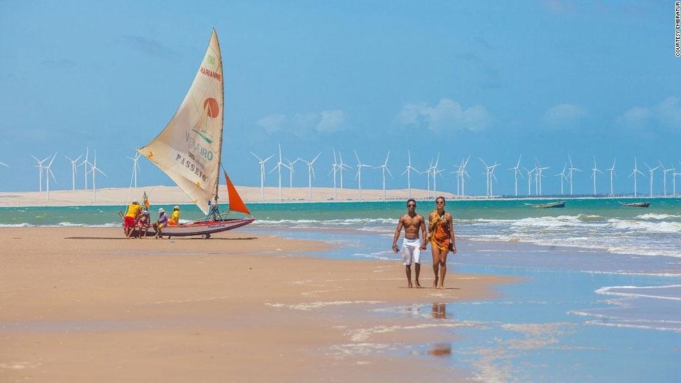 Bãi biển Canoa Quebrada là một trong những kiệt tác tự nhiên ở Brazil với những cồn cát hồng mộng mơ và biển xanh trong vắt