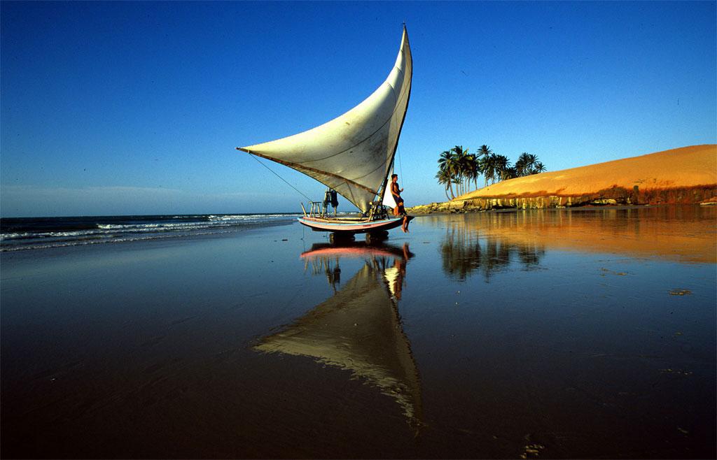 Thành phố Fortaleza, bang Ceará không chỉ nổi tiếng với sân vân động hình tổ chim Arena Castelao mà còn hấp dẫn du khách quốc tế với những bãi biển tuyệt đẹp, món tôm hùn hấp dẫn và hải sản tươi sống. Nơi đây cũng là điểm đến lý tưởng cho môn thể thao lướt ván và thuyền buồm.