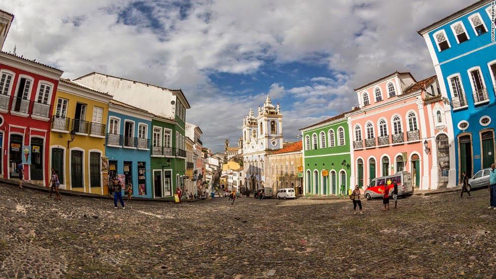 Pelourinho là trung tâm lịch sử của thành phố Salvador, bang Bahia. Đường phố thu hút mọi ống kính bởi những tòa nhà nhiều màu sắc độc đáo. Nơi đây là điểm hội tụ của các nền văn hóa Âu, Phi và bản địa.