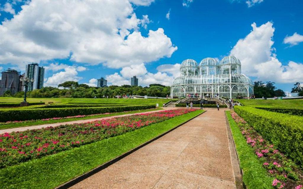 Đối với những du khách có tâm hồn lãng mạn, yêu thiên nhiên cây cỏ thì vườn bách thảo Curitiba thuộc bang Parana là điểm đến không thể bỏ lỡ. Vườn nằm trong khuôn viên của trường Đại học Liên bang Parana và được xây dựng theo phong cách vườn Pháp mộng mơ.
