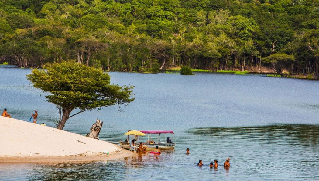 Amazon là khu bảo tồn thiên nhiên nổi tiếng trên thế giới. thuộc lãnh thổ của 9 nước nhưng chủ yếu nằm ở Brazil. Đến đây du khách có cơ hội được nhìn thấy những chú báo đốm, cá heo màu hồng và rái cá khổng lồ.