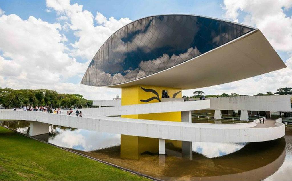 Bảo tàng Oscar Niemeyer nằm tại thành phố Curitibal. Bảo tàng này có hình con mắt rất độc đáo, ấn tượng.