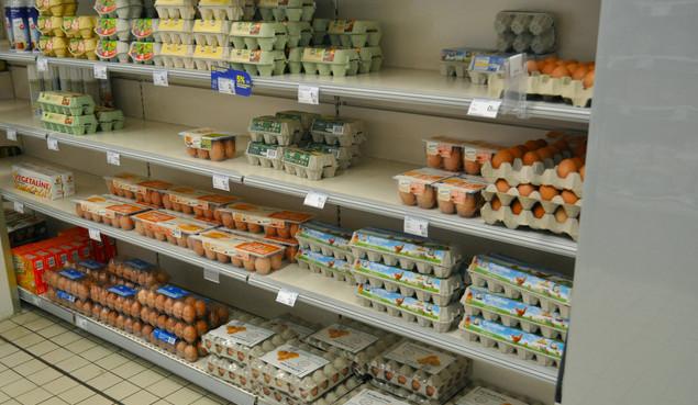 Trứng bán trong một siêu thị ở Pháp, không cần ngăn lạnh.