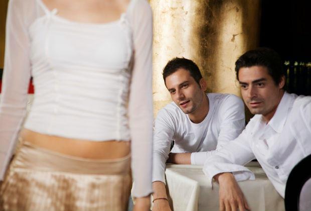 Đàn ông thích ngắm nhìn cơ thể phụ nữ