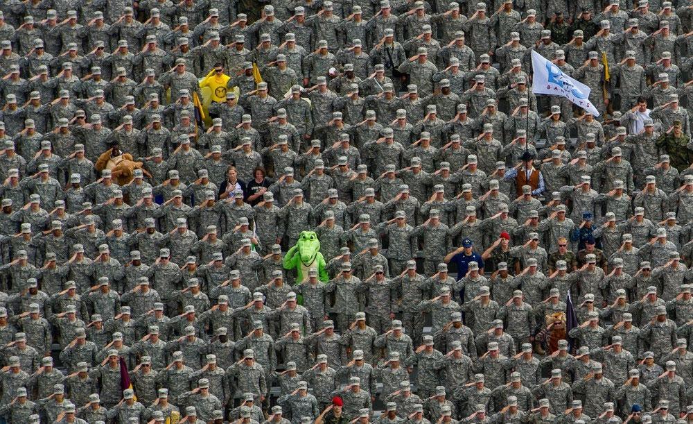 Hát bài quốc ca Mỹ trước khi một trận bóng đá bắt đầu