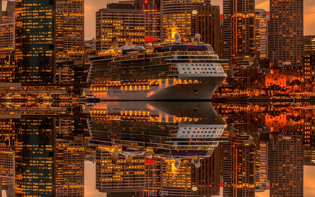 Tàu Cruise vào lúc hoàng hôn