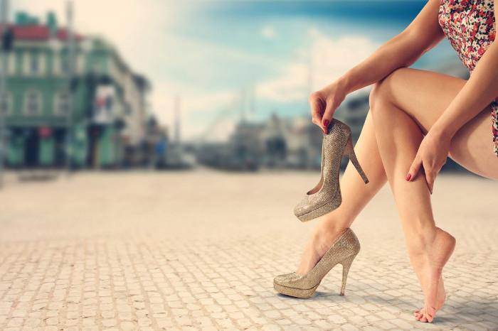 Đi giày cao gót khiến ngón chân biến dạng.