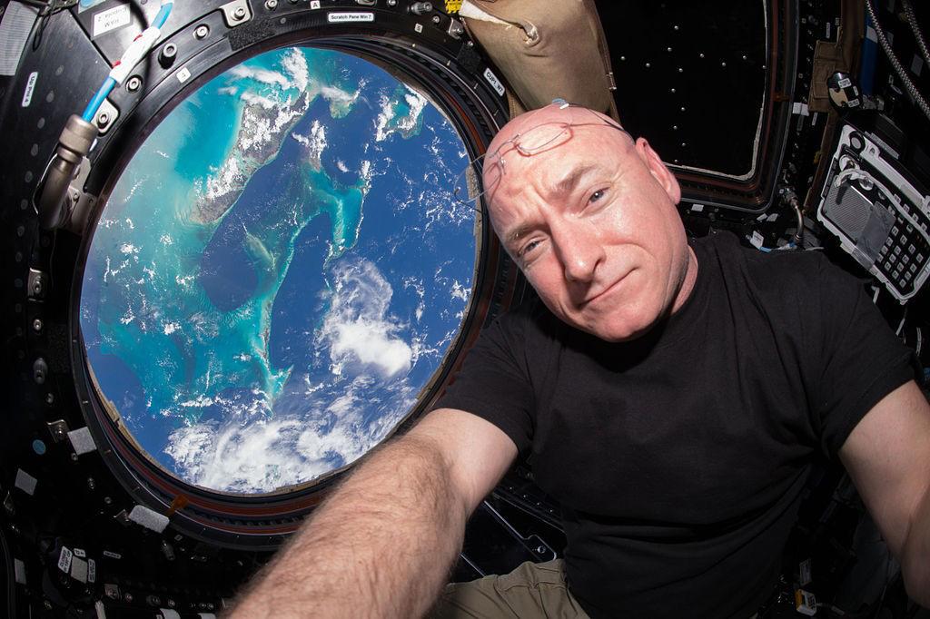 Theo BBC, khoang đổ bộ của tàu Soyuz đã đưa Scott Kelly trở về Trái Đất và đáp xuống Kazakhstan vào sáng ngày 2/3, sau 340 ngày ông sống trên ISS. Kelly, 51 tuổi, trở thành phi hành gia người Mỹ phục vụ nghiên cứu lâu nhất trong không gian, phá vỡ kỷ lục trước đó của phi hành gia Michael López - Alegria, người sống 215 ngày trên ISS vào năm 2006-2007.