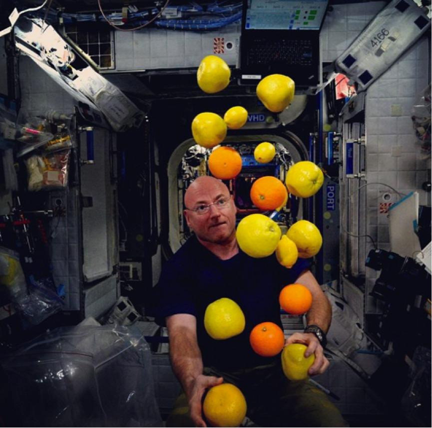 Scott Kelly tung hứng trái cây trong môi trường không trọng lực.
