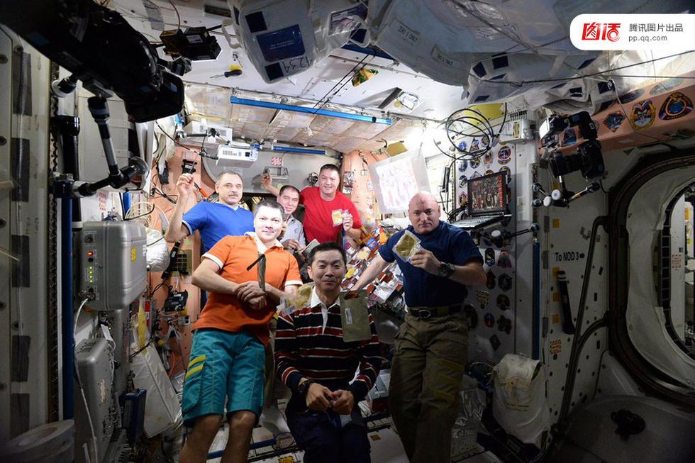 Trưởng đoàn phi hành gia Scott Kelly (ngoài cùng bên phải) làm việc trên ISS từ tháng 3/2015 và sống cùng 5 phi hành gia khác, gồm ba người Nga, đồng hương người Mỹ Timoti Kopra và phi công người Anh, Tim Peake. Trong ảnh, họ đang tổ chức bữa ăn tối trên ISS nhân dịp Lễ Tạ ơn ngày 26/11/2015.