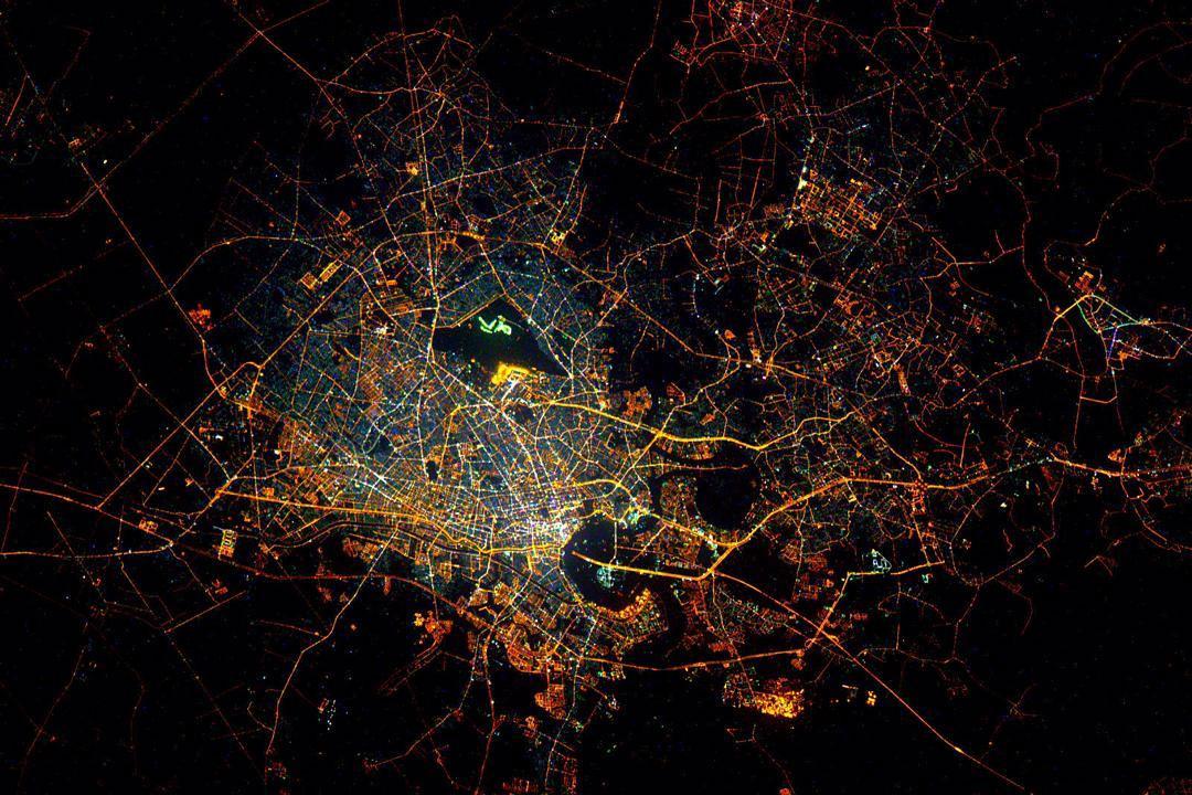Quang cảnh lung linh vào ban đêm của Thành phố Hồ Chí Minh, Việt Nam, được Kelly chụp từ vũ trụ.