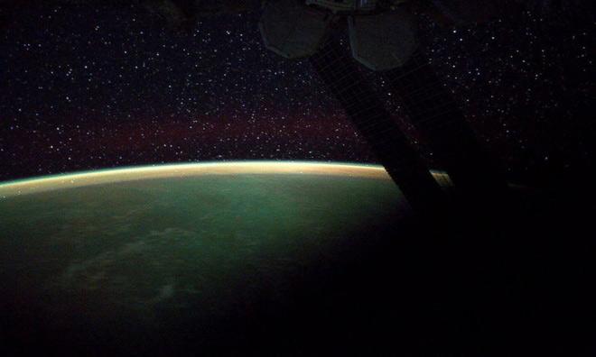 Bầu trời Trái Đất rực sáng trong đêm đầy sao.