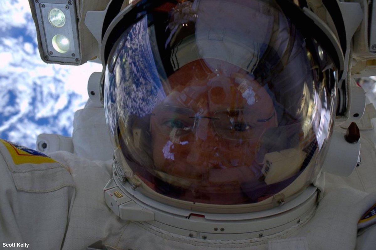 Phi hành gia Scott Kelly chụp ảnh tự sướng trong một chuyến đi bộ ngoài không gian.