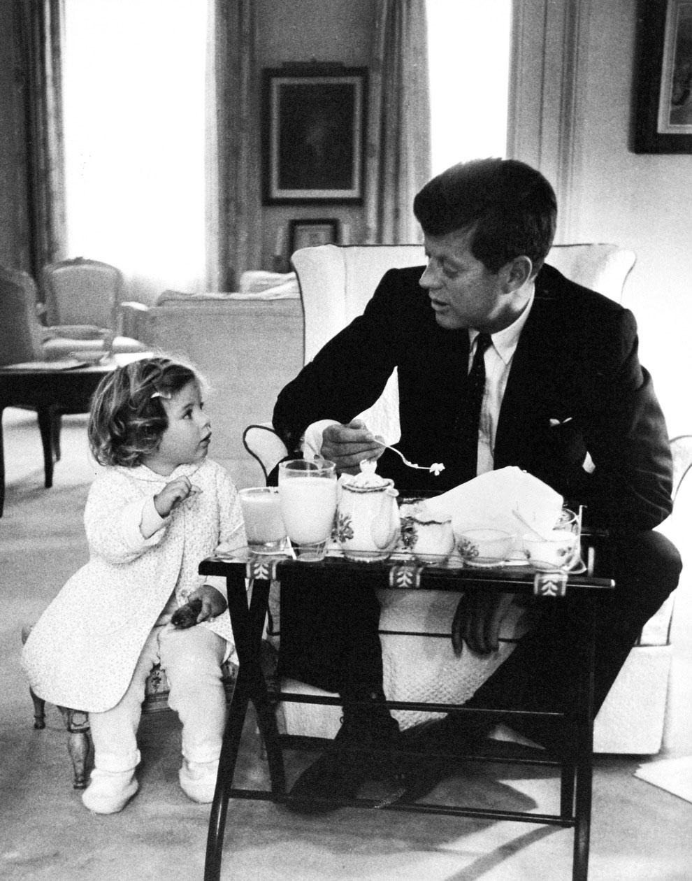 John F. Kennedy đang uống trà với con gái Caroline