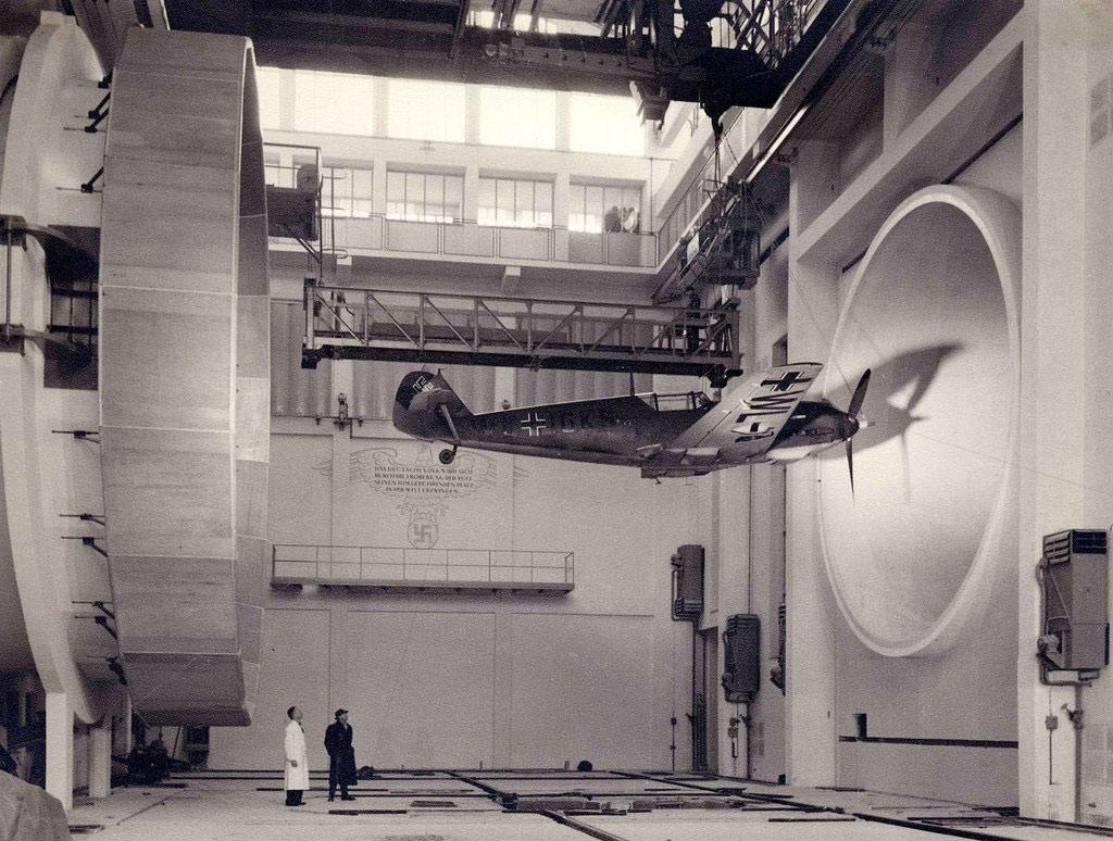 Các kỹ sư người Đức đang kiểm tra máy bay Messerschmitt Bf 109 E3 vào năm 1940