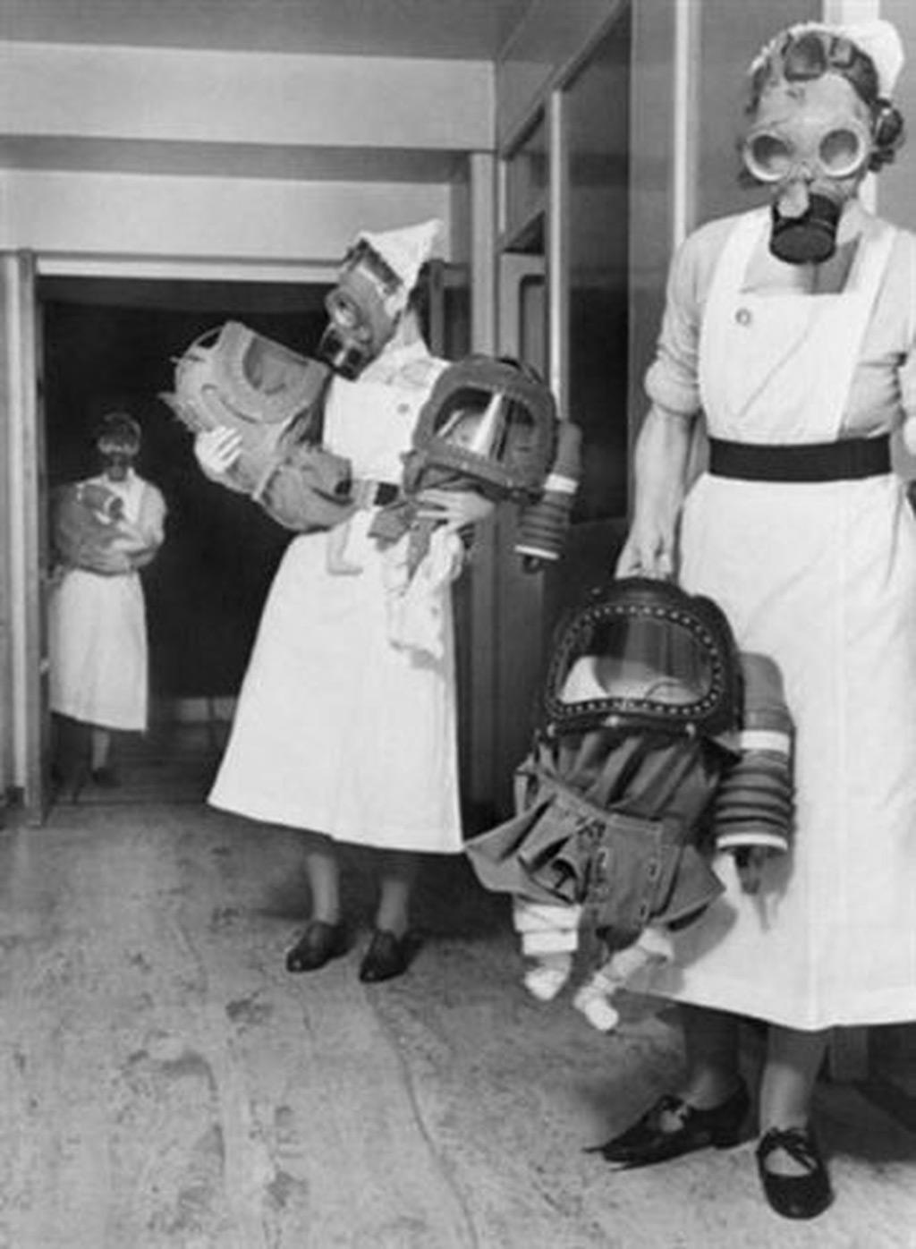 Kiểm tra mặt nạ khí của những đứa bé tại một bệnh viện ở Anh vào năm 1940