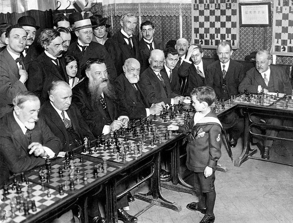 Samuel Reshevsky khi 8 tuổi đã đánh bại các cao thủ cờ vua Pháp năm 1920