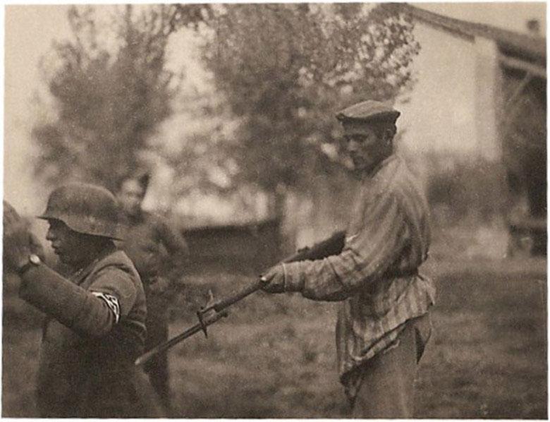 Một tù nhân Do Thái cầm súng đe đọa lính Đức Quốc xã khi được tự do
