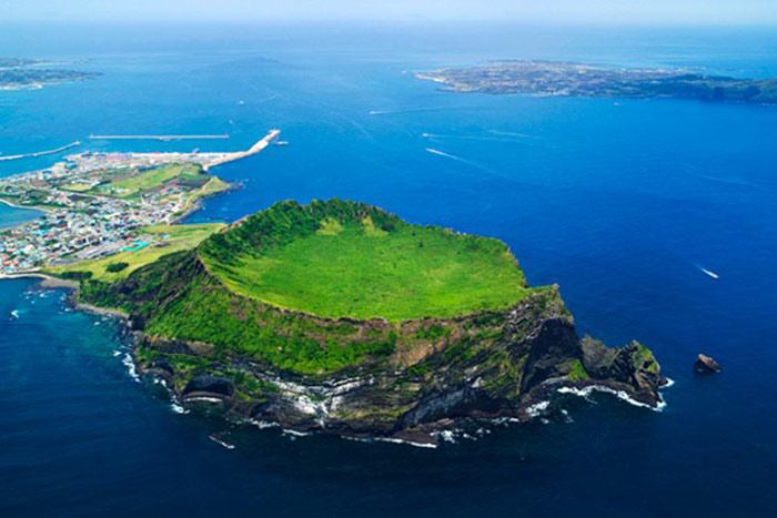 Đảo núi lửa Jeju và hệ thống các ống Dung Nham trên đảo Jeju của Hàn Quốc là một khu vực rộng lớn với giá trị địa chất vô cùng đặc biệt.