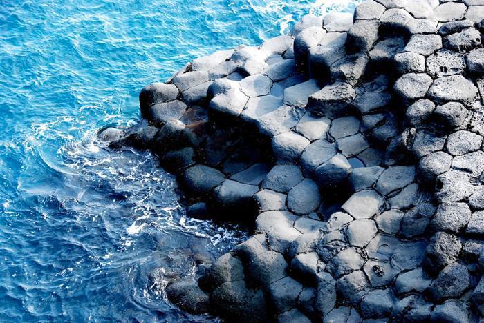 Núi đá túp tròn Seongsan Ilchulbong có hình dạng giống như một pháo đài vươn cao lên khỏi mặt biển tạo nên một cảnh tượng đẹp tuyệt vời.