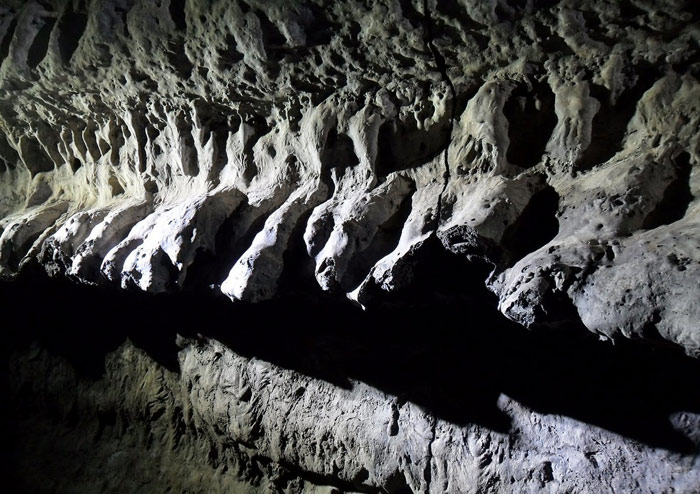 Geomunoreum, được xem là hệ thống ống dung nham đẹp nhất trong tất cả các hang động trên toàn thế giới với phần mái và phần nền được tạo nên từ carbonate nhiều màu sắc và các bức tường dung nham màu tối hơn.