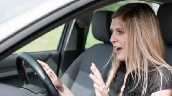 Khi xe mất lái, xe bị văng ra khỏi đường, bạn hãy bình tĩnh giữ chặt lái.