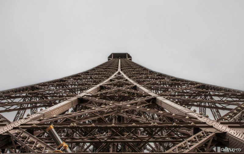 Cây cầu sắt (Tháp Eiffel).