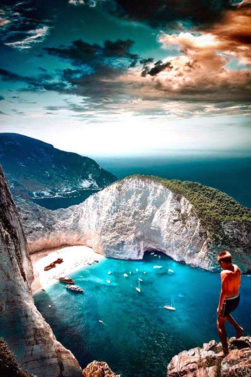 Không chỉ được thu vào mắt mình bãi biển đẹp nhất của Hy Lạp, bạn cũng có thể đắm mình vào dòng nước xanh như ngọc ở đây, hay nằm dài để nắng nhảy nhót trên người, hoặc đi ô tô lên đỉnh núi đá để được ngắm nhìn thoả thích mọi thứ