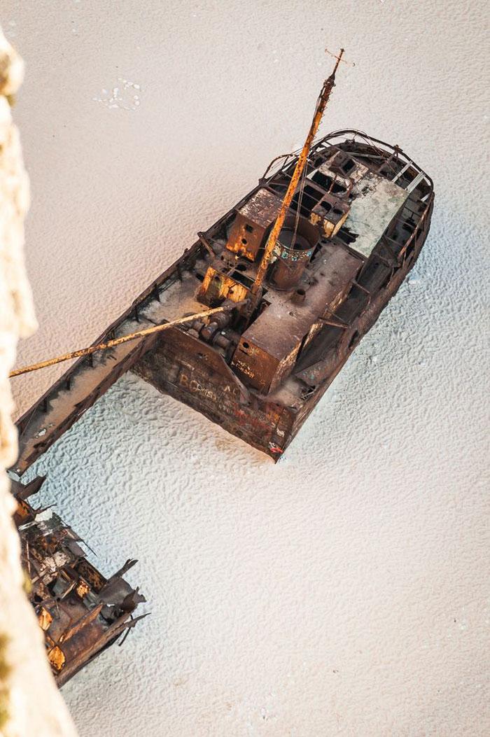Thuỷ triều đã đánh dạt con tàu đắm này vào bở. Xác của con tàu nằm trên bãi cát khiến nhiều người liên tưởng tới không gian của một câu chuyện cổ.