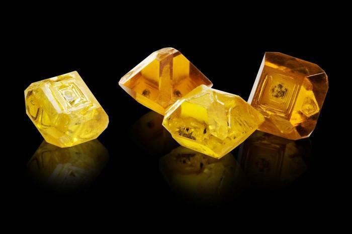 Kim cương nhân tạo thường được sử dụng trong các ngành công nghiệp kỹ thuật quang học, các chip điện tử cao cấp.