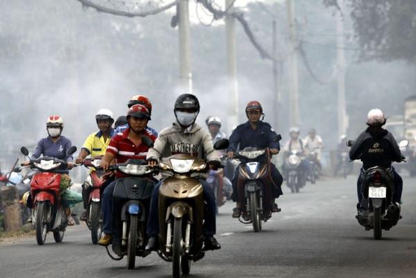 Việc có tới hàng triệu phương tiện giao thông ra đường mỗi ngày cũng giúp đẩy lượng bụi trong không khí lên một nồng độ cao hơn.