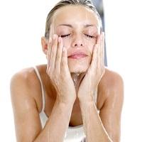 11 thói quen rửa mặt sai lầm khiến da xấu đi nhanh chóng
