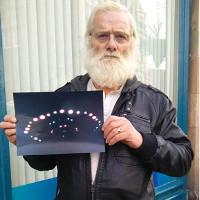 Một người dân chụp được cảnh UFO bay trên mái nhà