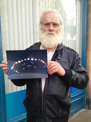 Ông John Macdonald và bức ảnh ông chụp UFO.