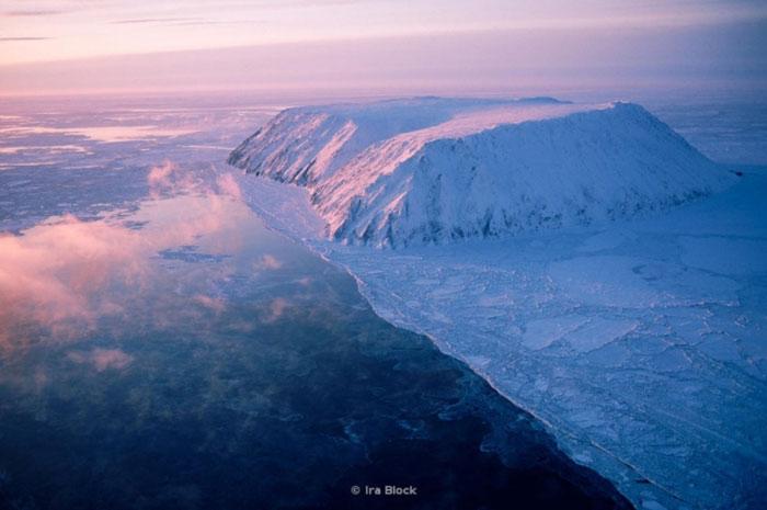 Đây là một đảo giữa Nga và Hoa Kỳ. Hòn đảo này cách cả Chukotka và Alaska là 35 km. Mặc dù vậy, thời gian khác biệt lên đến 21 giờ.
