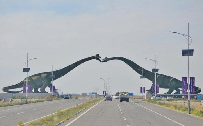 Hoàn toàn không có gì bất thường trên biên giới giữa Trung Quốc và Mông Cổ. Chỉ là hai con khủng long đang hôn nhau.